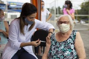 Após imunização, percentual de óbitos e internações entre idosos...
